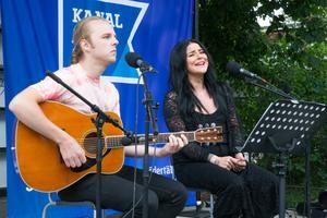Patrik Andersson och Sara Lindberg från bandet Six feet deeper.