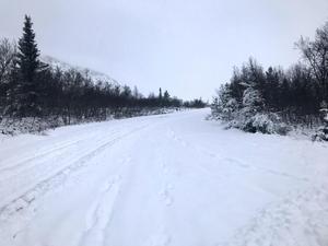 Nipfjällets väg mot sommarparkeringen är nu rejält fylld med snö och där på fjället skymtar även blå himmel genom molnen.