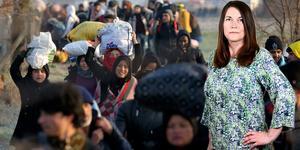 Flyktingar som hållits kvar i Turkiet vandrar mot den grekiska gränsen, där de möts av tårgas. Foto: Emre Tazegul