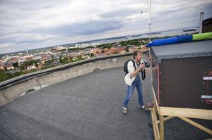 Projektledaren Daniel Green på taket till vattentornet på Djäkneberget då det sattes ut fem ungar som fötts upp på Nordens ark. Arkivbild från 2012.