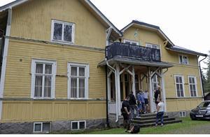 Det har varit en ledsam höst i Ålsta sedan byborna fick veta att kommunen ska sälja den enda samlingslokal de har. Men nu verkar allt lösa sig. Huset får ny ägare, ska rustas en del och föreningarna erbjuds att vara kvar.