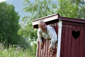 Pappa Anton har blivit inlåst av Emil på utedasset. Mitt i husförhöret och allt!