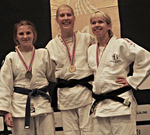 Emilia Sjödin – i mitten – tog guld i både junior- och seniorklassen.
