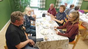 Utbytte erfarenheter gjorde, från vänster, Kjell-Erik Jonasson från Offerdals hembygdsförening, Äckez och Bredbytrollen; Rolf Kjellberg, cirkelledare för konstcirklar; Conny Lund från Seniornet; Tor Sollander, Ungdomens Nykterhetsförbund och Saara Koponen, IOGT-NTO Språngbrådan. I bakgrunden syns Eivor Comén, aktiv i arbetet med Krokoms kulturvecka och Asta Granström, IOGT-NTO Breidablick. Foto: Camilla Olofsson