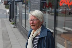 Colette Dahl vill inte se några cyklister på trottaren efter att hon upprepade gånger fallit när cyklar och elsparkcyklar swishat förbi henne.