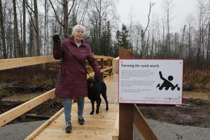 """Hebybon Ulla Eriksson välkomnade projektet. """"Det är jättekul att det görs fint, och jag ser fram emot att se det i vår"""", sade hon efter att ha testat den nya spången med hunden Vilda ."""