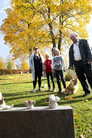 Max och Jenny Björk med nioåringarna Wilgot och Louise. Familjen har samlats vid storasyster Majas grav. För tio år sedan somnade Maja in i Jennys mage.