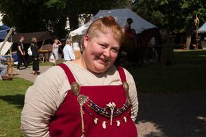 Nathalie Herbst njuter av värmen i klädd medeltidsklädsel.