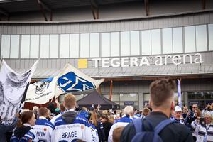 Flaggor vajar utanför arenan.