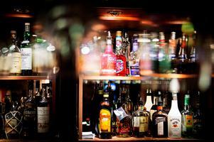 När en gäst på ett hotell i Borlänge inte blev betjänad av någon bartender så tog han en vinflaska från baren och gick. Nu döms mannen till villkorlig dom och dagsböter för stölden. OBS: Bilden är tagen i ett annat sammanhang.