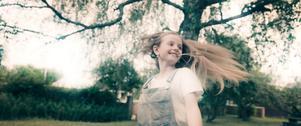 Moa (Victoria Rönnefall) vill vara med i en talangjakt på tv i