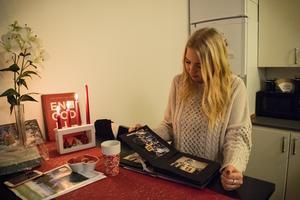 Emma och hennes pappa hade en nära relation. Minnena har hon sparat i bildböcker och bildkollage.
