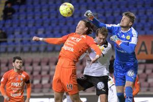 Eskilstunas Felix Michel Melki och Frejs Philip Wiström och målvakt Hampus Elgánunder under fotbollsmatchen i superettan mellan Athletic Eskilstuna och IK Frej Täby på Tunavallen.