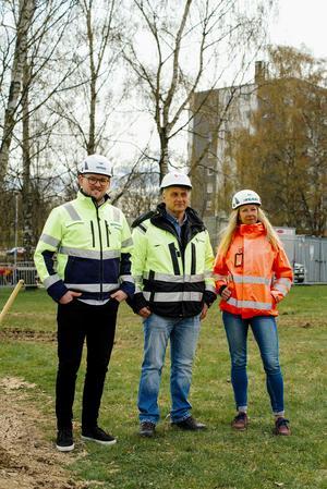 Max Larsson från Skeppsviken, Per Isaksson från Riksbyggen och Pernilla Irewährn från Peab representerar de tre byggbolagen som tillsammans kommer att bygga 170 nya bostadsrätter på Ekedal. Foto: Pressbild