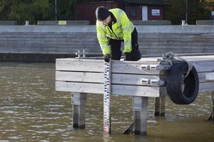 Jöran Söderberg läser av pegeln vid Lövudden, som mäter vattenytans höjd.