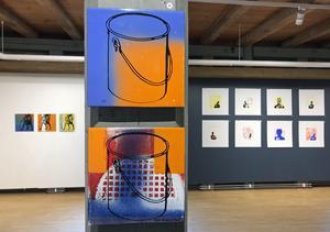 Ulla Helenius-Reit har tryckt på emalj i sina två verk i förgrunden,
