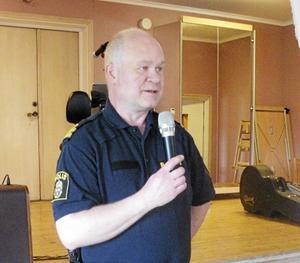 Polisman Erik Gatu talade om problemet med kriminalitet i Borlänge när han gästade SPF Tuna-Säter.