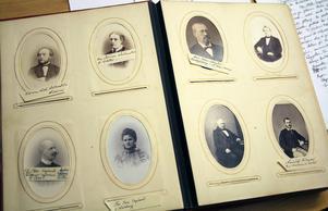 En sida i en av porträttsamlingarna från borgerliga släkter och familjer i främst Hudiksvall som förvaras på Hälsinglands museum.