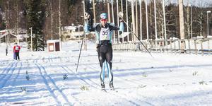 Jörgen Brink passerar målgång. Han vann med knappt en minut, före I19:s Niklas Henriksson och fyra minuter före Stockviks Anders Svanebo.