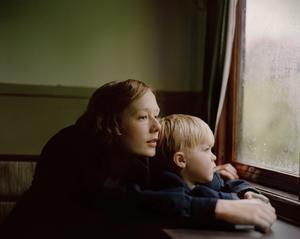 Foto: Nordisk Film Relationen mellan mor och son står i centrum för den första spelfilmen om Astrid Lindgren. Alba August spelar unga Astrid och Marius Damslev spelar hennes son Lasse.