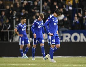 Carlos Moros Gracia, Eric Björkander och David Batanero deppar efter förlusten mot Djurgården. Bild: Erik Mårtensson/TT