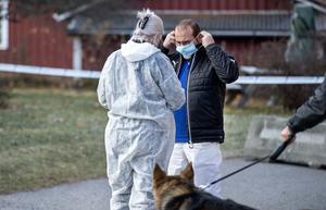 Både tekniker och hundpatrull kallades till det avspärrade området runt flerfamiljshuset på Skönsmon där mannen hittades död.