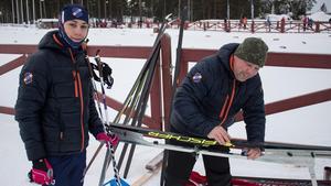 Jonas Blomberg från Segersta hjälper sonen Albin med att valla skidorna.
