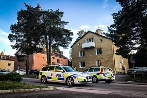 Polisen har spärrat av en fastighet på Drottninggatan sedan en man blivit skjuten i området vid 20.30-tiden på söndagskvällen.