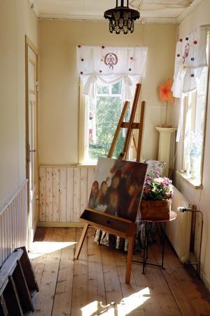 Uppe på övervåningen, strax under tornet, har Maria en liten ateljé där hon brukar stå och måla.