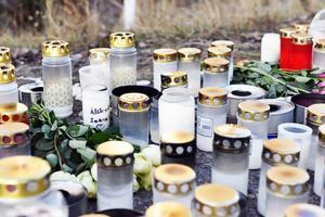 Längs E45:an finner du numera en mängd gravljus, blommor och marschaller för att hedra flickans minne.