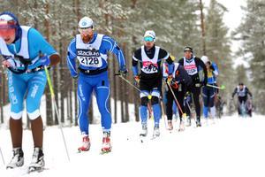 Varför dra till Sälen för att åka Vasaloppet när man kan åka fram och tillbaka på startbanan på Hässlö?