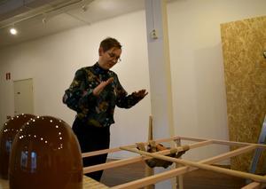 Elisabeth Billander använder trä och keramik i förening.