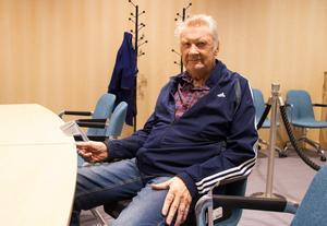 Stig Almström hade med sig en sittdyna för att lättare ta sig upp, något han tycker borde finnas på fler platser.
