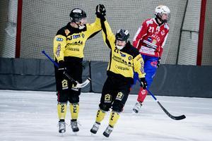Johan Svensson firar med Tero Määttälä efter sitt 2–1-mål.