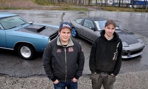 Motorklubben SHRA:s yngre medlemmar Jonathan Nilsson och Patrik Esenius kommer att synas på Vårmönstringen med sina fordon. Jonathans Plymouth Satellite -68 och Patriks specialbygge för drifting en Nissan 200 SX. Den ska han lägga några kringlor med vid Lindeskolans gamla idrottshall.