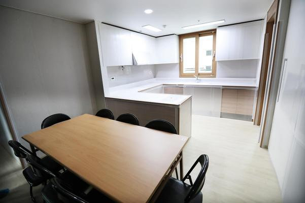 Det finns också gemensamhetsutrymme med kök. Foto: Pocog (Bildbyrån).