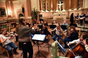 Susanna Elmgren hjälper orkestern framåt.