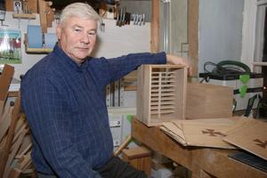 Mats Herminge är kreativ och har tillverkat ett 10-tal mobillådor av ek sedan i våras. De är unika i sitt slag. Vad han inte visste när han började var att mobillådan skulle bli årets julklapp. Han tillverkar endast mobillådorna på beställning.