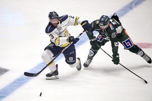HV71:s Robin Figren och Färjestads Martin Johansson under lördagens ishockeymatch i SM-slutspelet, kvartsfinal 5 i bäst av 7, mellan Färjestads BK och HV71 i Löfbergs Arena.