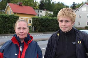 Sara Månsson, 45, Norrtälje och Leon Månsson, 15, Norrtälje: – Vi bor precis här, och vi märker ju verkligen av att folk buskör här.  På kvällarna kör folk i 70-80 kilometer i timmen. Och så racear de vid övergångsstället också. Folk vågar inte cykla på cykelbanan utan kör på trottoaren i stället.