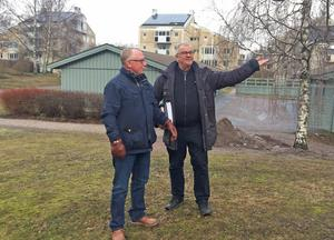"""""""Här syns solpanelerna på taken."""" Gunnar Bergström och Göran Gallon, ordförande respektive ledamot i bostadsrättsföreningen, visar panelerna från den kulliga gården. Marssolens strålar är starka, den lyser genom molnen och ger el."""