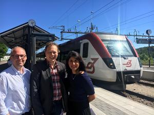 Patrik Engström, Roza Güclü Hedin och Abbe Ronsten hade det trevligt i solen efter att regeringen presenterat