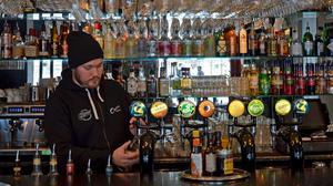 Sundsvallsbon förväntar sig snabb service, enligt Adam Sälg som jobbar på Oscars.