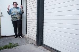 – Man blir less för ingen är beredd att ta ansvar, säger Ann Charlott Nörgaard Nilsson efter att hennes hus översvämmades översvämningen som skedde efter asfalteringsarbeten i Ösmo.