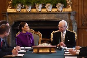 Kronprinsessan Victoria och kung Carl Gustaf under konseljen på Stockholms slott.