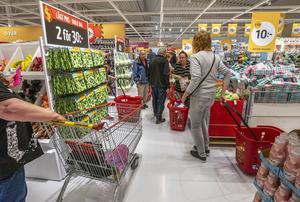 Shoppingsugna kunder trängdes nästan i jättebutiken i Mobyn. Foto: Berit Djuse