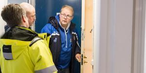 """Går igenom vilka dörrar som behöver bytas ut. """"Oavsett lås, så hindrar det inte folk från att bryta upp dörrarna"""", säger Laila Nilsson på Kommunfastigheter."""
