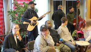 Med sång-  och spelglädje bjöd Toves allsångsorkester på underhållning. Foto: Inger Breil