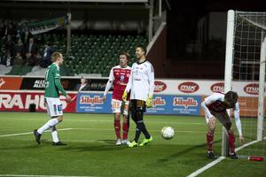 Anton Lundin förstår inte hur Tim Markström kunde rädda Benjamin Hjertstrands skott i slutet av den första halvleken.