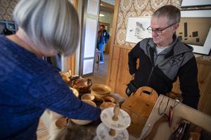 Sune Falk från Hånik sålde bland annat svarade skålar i masurbjörk.